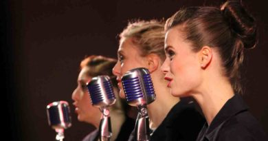 Drei Frauen mit Mikrophon singend