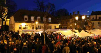 Teltower Weihnachtsmarkt mit Ständen auf dem Marktplatz vor dem Rathaus