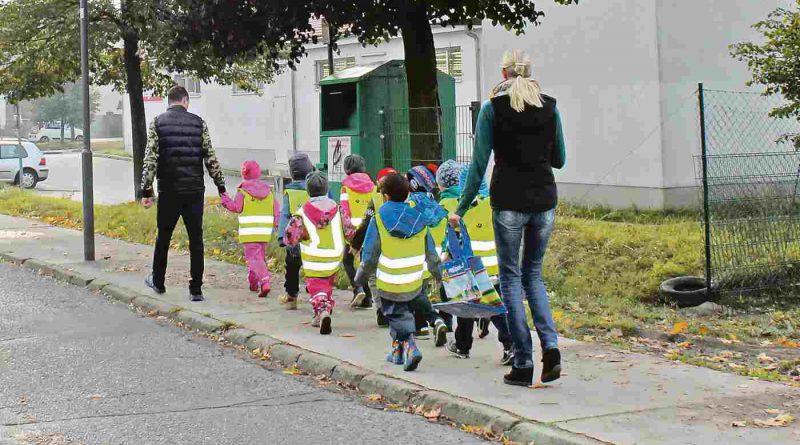 Kinder mit Erziehern beim Spaziergang
