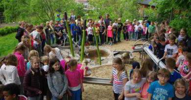 """Kinder der Stahnsdorfer Kindertagesstätte """"Lindenhof-Hort"""" weihten ihre neue Wasserspielanlage ein"""