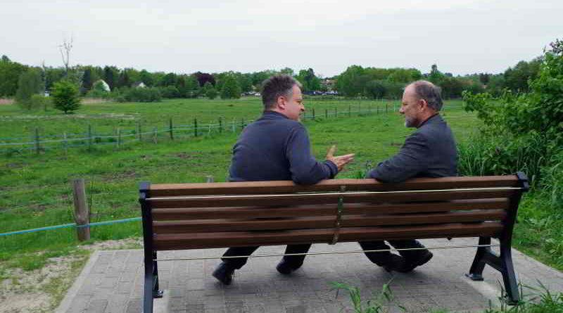 Gemeindevertreter Christian Kümpel und seine Familie sponserten eine Sitzbank in der Parkallee und hoffen auf eine rege Nutzung