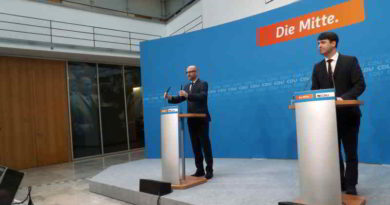 Die Landtagswahl in Schleswig-Holstein und Reaktionen von Politikern werden beschrieben.