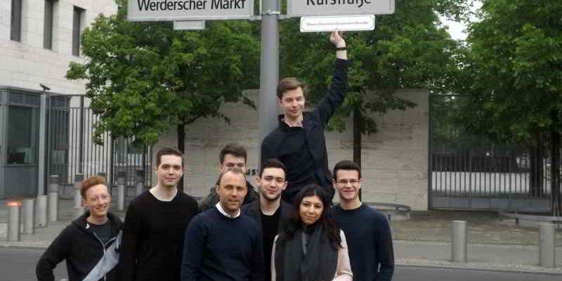 Die JuLis Berlin-Mitte fordern, die Kurstraße am Werderschen Markt (Auswärtiges Amt) in Hans-Dietrich-Genscher-Straße umzubenennen.