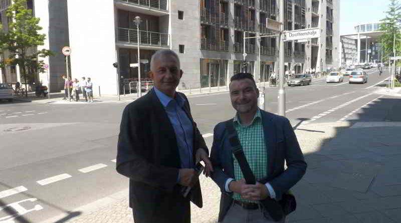 Ein zufälliges Treffen zweier Politiker aus Thüringen in Berlin wird beschrieben..
