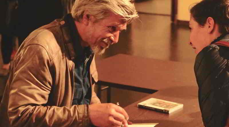 Eine Lesung in Berlin des norwegischen Autors Karl Ove Knausgard wird beschrieben.