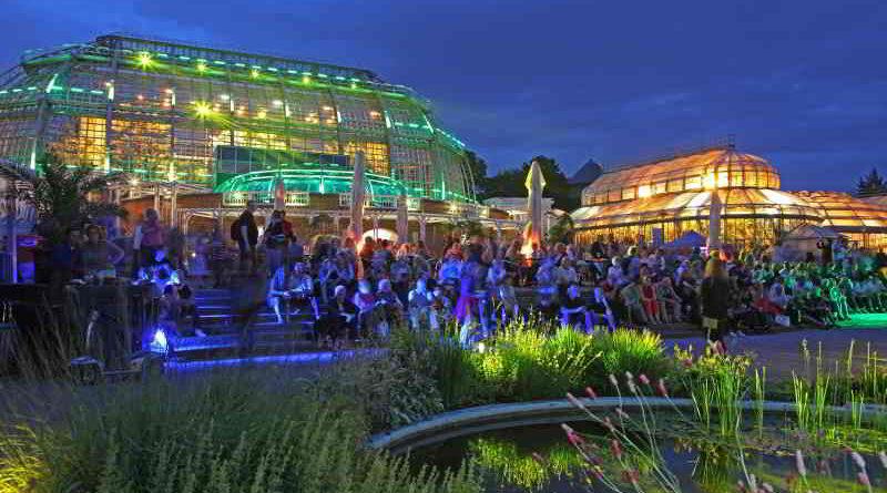 """Die besonders große Nachfrage im Vorverkauf der Botanischen Nacht im Botanischen Garten Berlin brachte den Veranstalter, die Arbeitsgemeinschaft Schlösser und Gärten, dazu, in diesem Jahr erstmalig eine zweite Botanische Nacht mit identischem Programm zu terminieren. Am Freitag (neu) und Samstag, den 21. und 22. Juli, können sich die Besucherinnen und Besucher unter dem neuen Veranstaltungsmotto """"Magische Naturwelten"""" auf eine märchenhafte Reise begeben."""