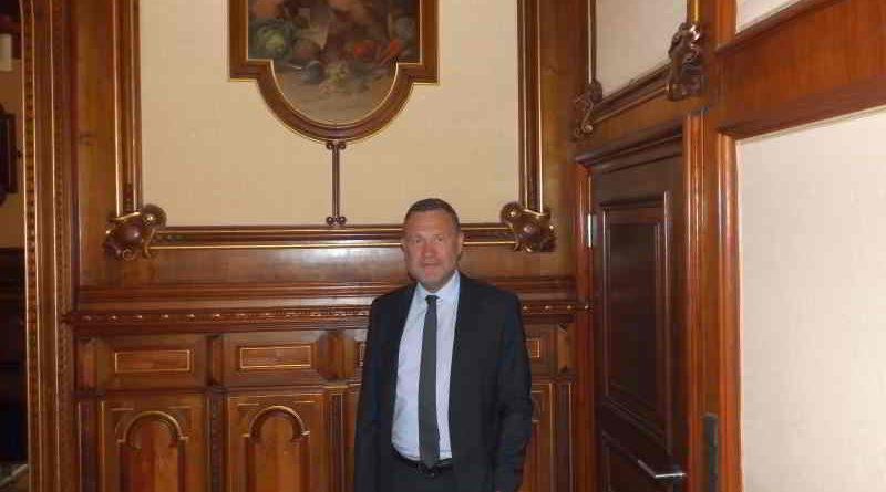 Das 15-Jährige Dienstjubiläum von Staatssekretär Dr. Michael Schneider (CDU) wird beschrieben.