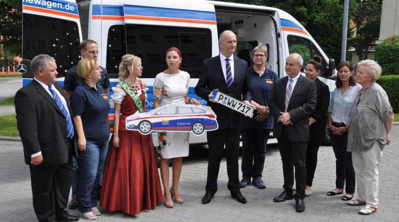 Woidke und Golze unterstützen den Wünschewagen in Brandenburg und übergaben einen neuen Begleitwagen an den Landesvorsitzenden Thomas Schmidt.