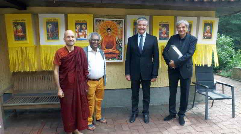 Der Besuch des Reinickendorfer Bundestagsabgeordneten Dr. Frank Steffel (CDU) im Buddhistischen Haus in Frohnau wird beschrieben.