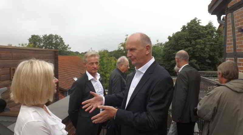 """Ministerpräsident Dietmar Woidke im Spreewaldressort """"Seinerzeit"""" in Schlepzig- im Gespräch mit der Geschäftsführerin Susanne Du Chesne."""