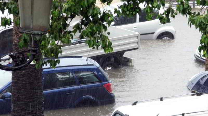 Durch Unwetter können an Häusern, Wohnungseinrichtung und Autos hohe Schäden entstehen. Für einige davon kommen Wohngebäude-, Hausrat- oder Kfz-Versicherung auf. Die Verbraucherzentrale Brandenburg erklärt, welche Versicherung wofür aufkommt und welcher Versicherungsschutz sinnvoll ist.