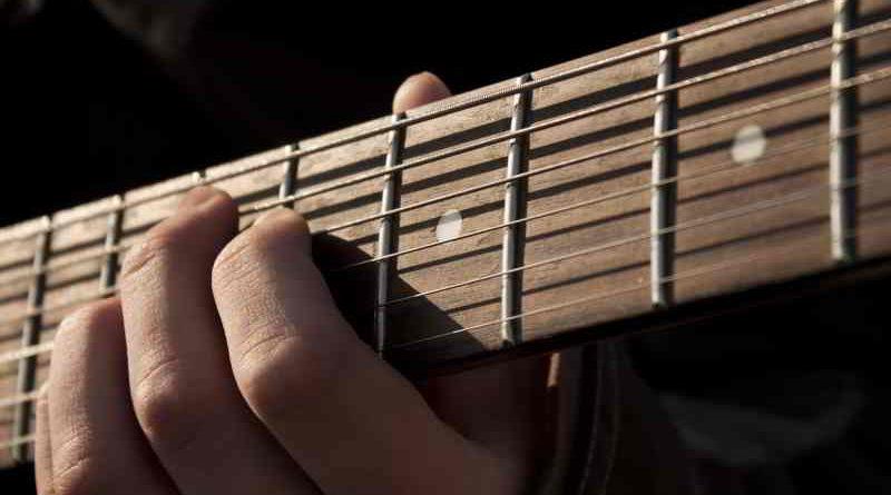 """Beim Dozentenkonzert """"Gitarre pur"""" präsentieren die Lehrenden des Fachbereichs an der Kreismusikschule am 17. September in Kleinmachnow ihr Können."""