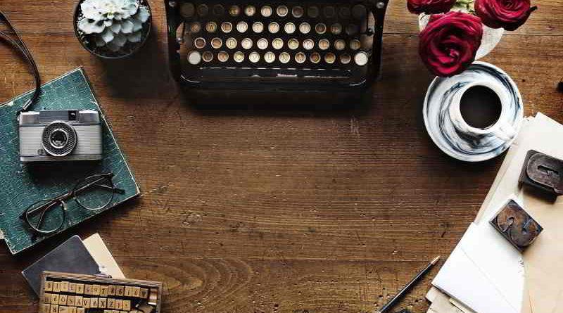 Die Geschichtensammlerin - Perlen unserer Erinnerung findet an ausgewählten Mittwochen um 14:00 Uhr im AWO Kultur Café in Teltow statt. Dabei tragen die Teilnehmer Selbstgeschriebenes für ein gemeinsames Buch zusammen. Sechs Bücher wurden bereits veröffentlicht.