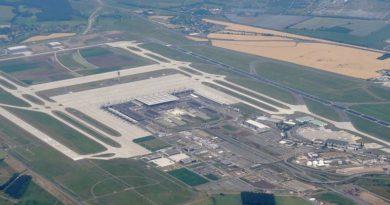 1023px-Luftbild_Flughafen_Berlin_Brandenburg_02
