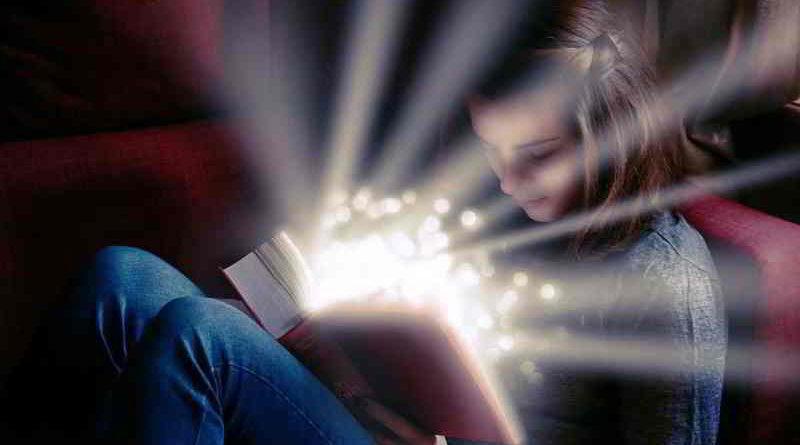 """Während ihrer """"Langen Nacht"""" am 14. Oktober kann man die Stahnsdorfer Bibliothek sinnlich erleben – es warten Illuminationen, Live-Musik und eine ganz besondere Lesung."""