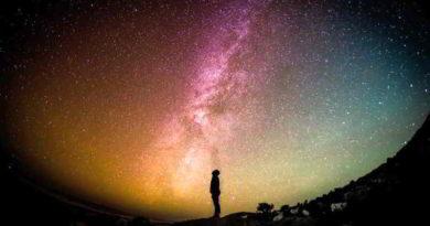 """Die Leo-Borchard-Musikschule aus Steglitz-Zehlendorf macht es inzwischen seit 20 Jahren. Jedes Jahr im Herbst wird im Planetarium das Kosmical """"Sonne, Sterne, Mond & Co"""" aufgeführt, eine Mischung aus Musiktheater und Astronomieunterricht."""