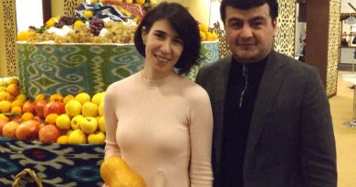 Hulkar Kurbanova und ihr Kollege am Usbekischen Messestand