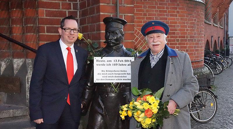 Bezirksbürgermeister Oliver Igel und Schauspieler Jürgen Hilbrecht