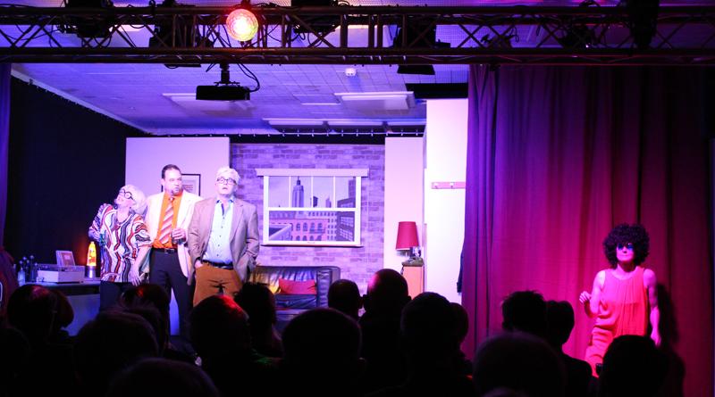 """Das neue Kammertheater Kleinmachnow hat am 1. März mit dem Stück """"Spiel's nochmal, Sam"""" im kleinen Saal der Neuen Kammerspiele eine erfolgreiche Premiere gefeiert."""