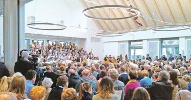 Rappelvoll war das neue Domizil der Evangelischen Kirchengemeinde in Kleinmachnow am Ostersonntag. Passend zum Fest der Auferstehung konnte der Kirchsaal des neuen Gemeindehauses mit einem großen Gottesdienst eingeweiht werden.