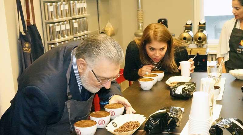 """El Salvador hat nur 7,5 Millionen Einwohner und ist nicht größer als Hessen. In einem Punkt gehört das kleinste Land Mittelamerikas jedoch zu den ganz Großen: Es zählt weltweit zu den Top 3 im Kaffeeanbau. Dies und vieles mehr erfuhren Liebhaber des schwarzen Goldes am 25. Juni beim Kaffee-Symposium in der """"Berlin School of Coffee""""."""