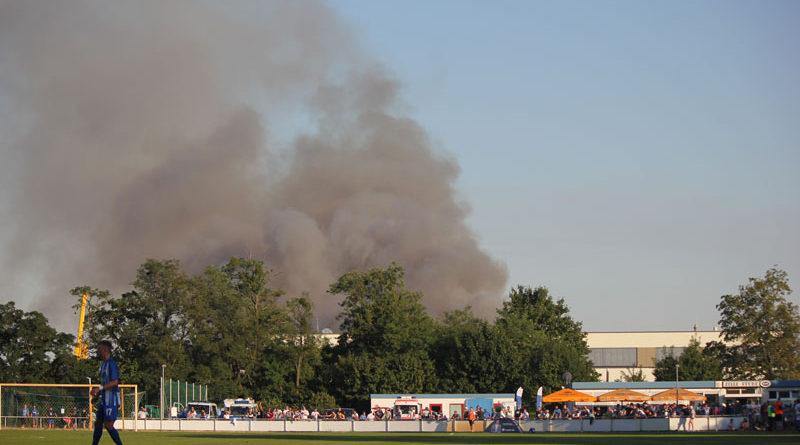 Zu einem Großeinsatz musste am gestrigen Abend die hiesige Feuerwehr ausrücken. Auf einem Feld in der Starstraße in Stahnsdorf war ein Feuer ausgebrochen, dessen Rauchwolken kilometerweit zu sehen waren. Das Feuer konnte noch rechtzeitig vor der Siedlungsgrenze gestoppt werden.