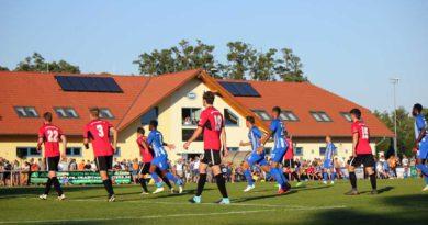 Beim Testspiel gegen Hertha BSC am gestrigen Mittwoch hat der RSV Eintracht trotz einer 0:7-Niederlage einen starken Auftritt hingelegt. Rund 2.000 Zuschauer verfolgten das ausverkaufte Spiel auf dem Sportplatz in der Heinrich-Zille-Straße.