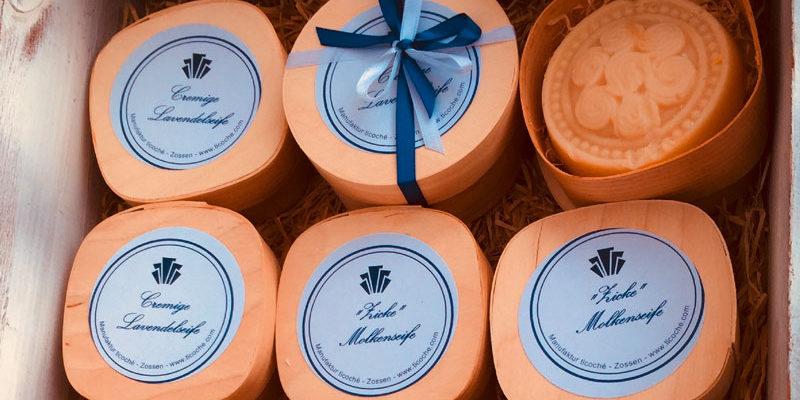 """Wie wohltuend Lavendel nicht nur auf das Allgemeinbefinden, sondern auch auf die Haut wirkt, weiß Dr. Andrea Pahmeier. Im Herbst 2004 gründete sie in Zossen die kleine, feine Manufaktur """"ticoché"""" (www.ticoche.de) mit dem Ziel, Pflegeprodukte zu entwickeln, welche die Haut in ihrer natürlichen Funktion nachhaltig unterstützen."""
