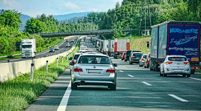 Bei der Anfahrt zu einem Unfallort verlieren die Einsatzkräfte oft wertvolle Zeit, weil die Autofahrer keine Rettungsgasse bilden und die Rettungsfahrzeuge Slalom fahren müssen. Dabei ist es so einfach.