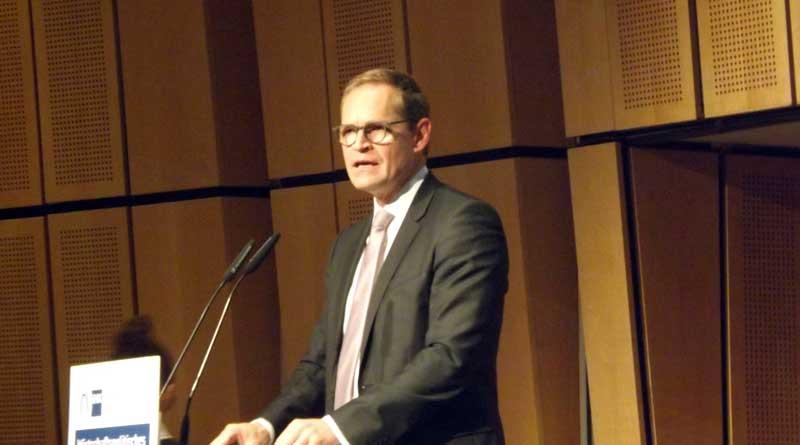 """Am 19. September sprach Michael Müller (SPD), der Regierende Bürgermeister von Berlin, im Konferenzraum der IHK in Berlin-Charlottenburg. Er wies darauf hin, dass jede Millionenstadt in der westlichen Welt, sei es beispielsweise London oder Paris, """"die gleichen Probleme wie Berlin hat."""""""