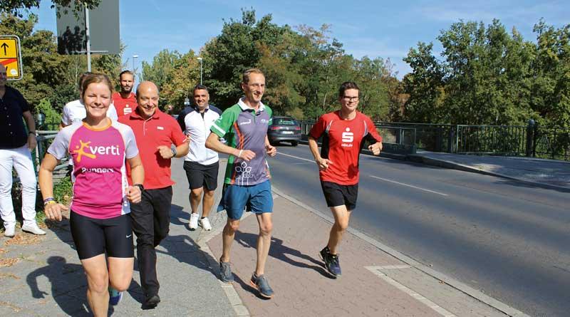 Zum 15. Mal jährt sich der Teltowkanal-Halbmarathon. Für das Jubiläumslaufevent sind noch letzte Starterplätze zu vergeben. Mit ihrer Teilnahme unterstützen die Läufer die Parkinson-Hilfe. Auch eine Staffel mit Betroffenen ist dabei.