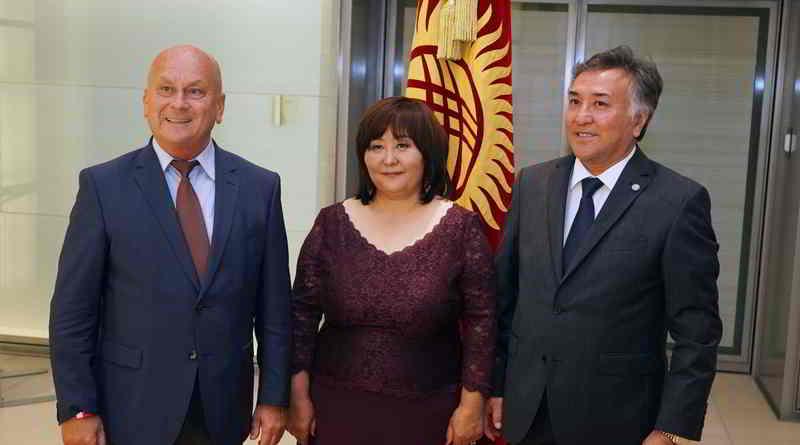 Kirgistan hat am 15. Oktober 27 Jahre Unabhängigkeit begangen. Das feierte man in der Botschaft in Berlin ausgiebig. Die Gäste durften allerlei Kulturelles aus dem Land kennenlernen.