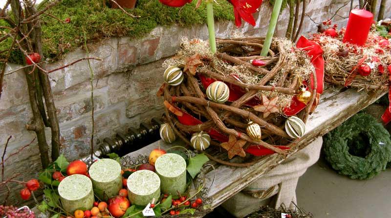 Verschiedene Weihnachtskränze, Weihnachtsgestecke, Weihnachtssträuße, Türkränze, Weihnachtsdekorationen, Kräutersalz, Kräuteressig und vieles mehr können Interessierte am 01. Dezember von 11:00 bis 18:00 Uhr beim Weihnachtsverkauf der Diakonischen Werkstätten in Teltow finden.