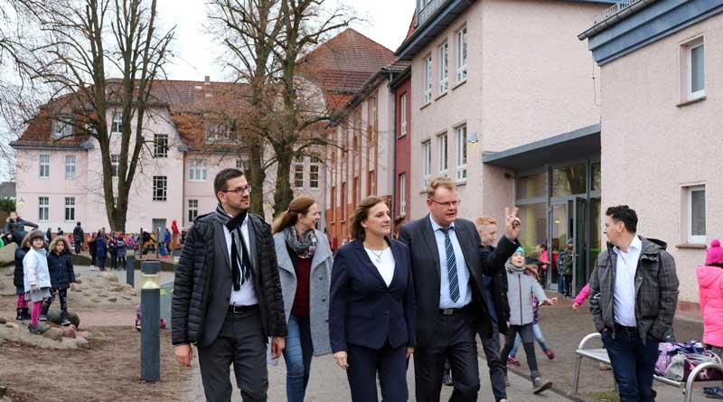 Großbeeren: Bildungsministerin Britta Ernst besuchte am Freitag die Otfried-Preußler-Grund- und Oberschule Großbeeren. Schulleiter Boris Petersenführte sie durch die Räumlichkeiten und über das Außengelände.
