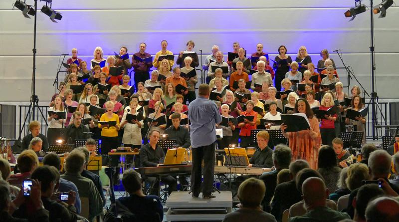 Im Juni will der KultRaum Kleinmachnow wieder ein großes Chorprojekt auf die Bühne bringen. Dafür werden noch Sängerinnen- und -sänger gesucht. Parallel dazu wird ein Stück für Jugendliche erarbeitet.