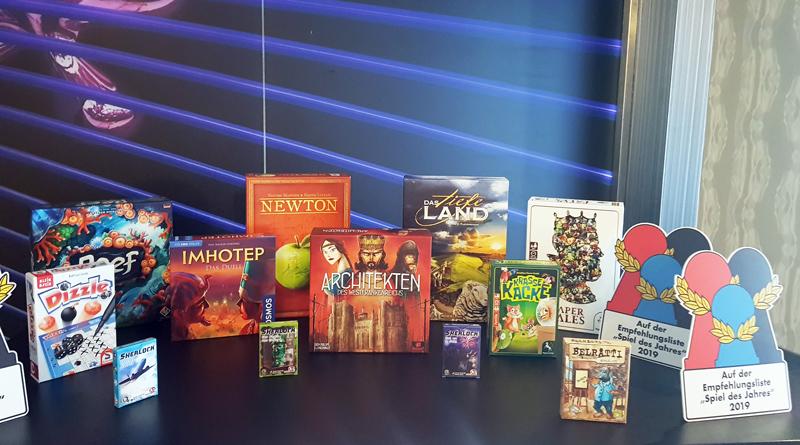"""Seit genau 40 Jahren entscheidet eine Jury, welches das """"Spiel des Jahres"""" wird. Der Preis ist die höchste Auszeichnung für ein Gesellschaftsspiel. Am 22. Juli wurde das Geheimnis im Rahmen einer Pressekonferenz in Berlin-Friedrichshain gelüftet. Dort stellte die Jury erst die nominierten Spiele und am Ende die glücklichen Gewinner vor."""