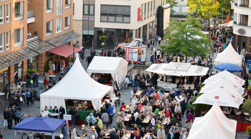 Nachdem es nun zwölf Jahre die Italienische Nacht gab, entschied die Werbegemeinschaft des Rathausmarktes, dass es zum 15-jährigen Bestehen des Rathausmarktes etwas Neues geben sollte. Erstmals werden also am 2. und 3. August die Kleinmachnower Sommernächte stattfinden.
