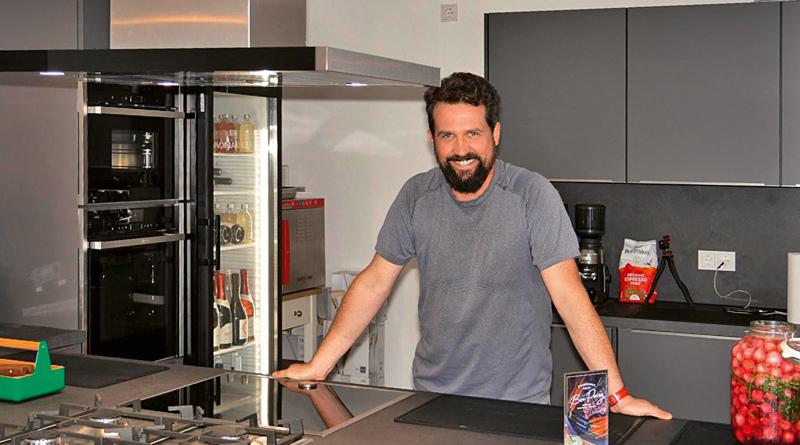 In Benjamin Perrys neu eröffneter Kochschule in Stahnsdorf müssen alle Teilnehmer ran: Schließlich sollen sie zukünftig auch zu Hause regional, nachhaltig und kreativ kochen können.