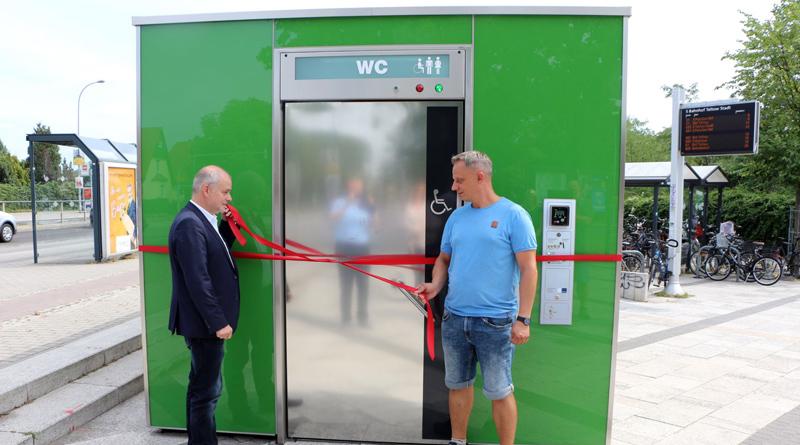 Das City-WC auf dem Ahlener Platz wurde am vergangenen Freitag in Betrieb genommen. Damit hat die Stadt Teltow einen lang gehegten Wunsch der Bevölkerung aufgegriffen und umgesetzt. Insbesondere die Nutzer der S-Bahn und der am Ahlener Platz abfahrenden Busse werden von dem neuen Angebot profitieren können.