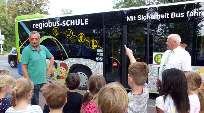 Gleich am zweiten Schultag startete in der vergangenen Woche die regiobus-Schule für die Erstklässler in Potsdam-Mittelmark. Ziel des Programms ist es, den Schulanfängern die Regeln des sicheren Verhaltens im und am Bus nahe zu bringen.