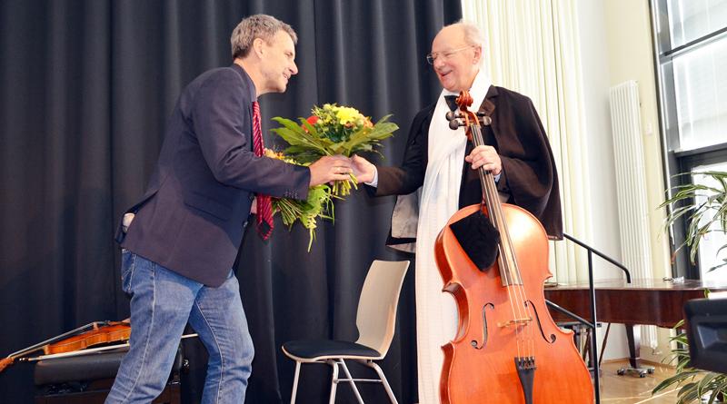 Mit fast 80 Jahren gibt Kammermusiker Hans-Joachim Scheitzbach das Cello aus der Hand. Bürgermeister Michael Grubert verabschiedet sich beim letzten Kleinmachnower Sommerkonzert im Namen seiner treuen Fans.