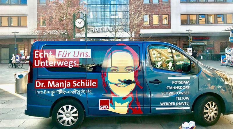 Dr. Manja Schüle und ihr Team sind mit dem mobilen Bürgerbüro im gesamten Wahlkreis 61 unterwegs, um sich mit interessierten Bürgerinnen und Bürger auszutauschen.