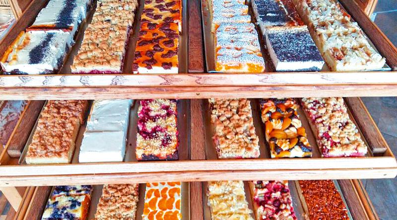 Wenn mit den Temperaturen auch die Laune sinkt, hilft vielleicht eine Dosis Glückshormone aus Stahnsdorf. Sonntags sind gibt es bei Guido's Kuchenträume bis zu 20 verschiedene Kuchen vom Blech und bis zu 12 unterschiedliche Torten.