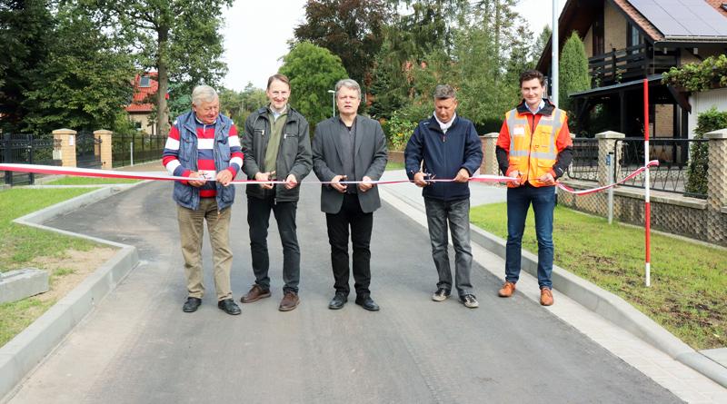 Am 20. September wurden die Straßen Am Birkenhügel, Alte Feldmark und Reiherweg im Güterfelder Ortsteil Kienwerder offiziell freigegeben. Nach eineinhalb Jahren sind aus den einstigen Sandwegen vollwertige Straßen geworden.