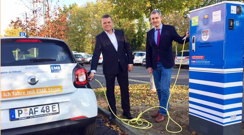 Am 25. Oktober wurden gleich sieben neue Ladestationen mit je zwei Ladepunkten für Elektroautos auf dem östlichen Parkplatz am Rathausmarkt in Kleinmachnow in Betrieb genommen.