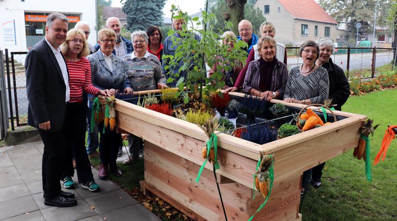 Eine Gruppe Ehrenamtlicher hat in der Seniorenbegegnungsstätte Lindenstraße 22 (SBS) in Stahnsdorf am vergangenen Donnerstag einen Gartenbereich gestaltet, den nun auch Menschen mit Behinderung, Mobilitätseingeschränkte und Menschen mit Demenz nutzen können.