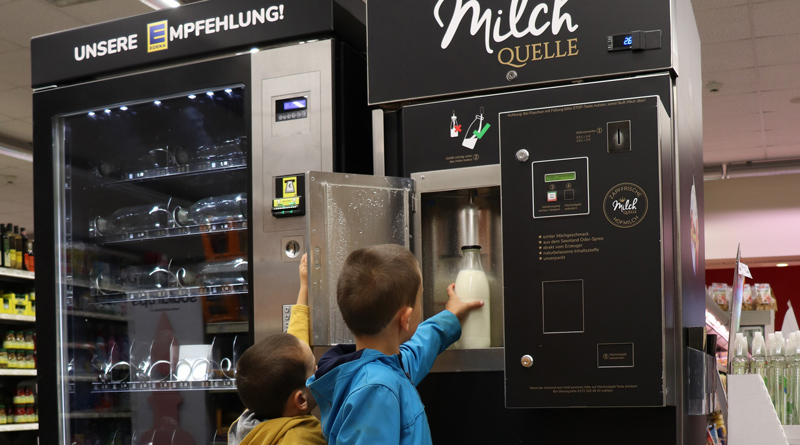 Kunden können jetzt regionale Frischmilch von einem Hof im Landkreis Oder-Spree selbst abfüllen. Im Edeka-Markt in Großbeeren steht hierfür ein Zapfautomat bereit.