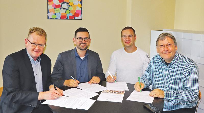 Vertragsunterzeichnung an der Otfried Preußler Schule für neue Schul-AG in der Gemeinde-Großbeeren