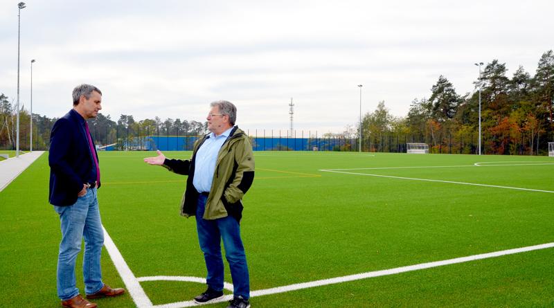 Begeistert zeigte sich der Vorsitzende des Regionalen Sportvereins (RSV) Michael Grunwaldt vom neuen Sportplatz am Dreilindener Weg, der nun fertig gestellt ist. Schon jetzt freut er sich auf den Trainingsstart dort am 4. November, auch wenn rund um die Anlage noch immer die Bauarbeiter regieren.