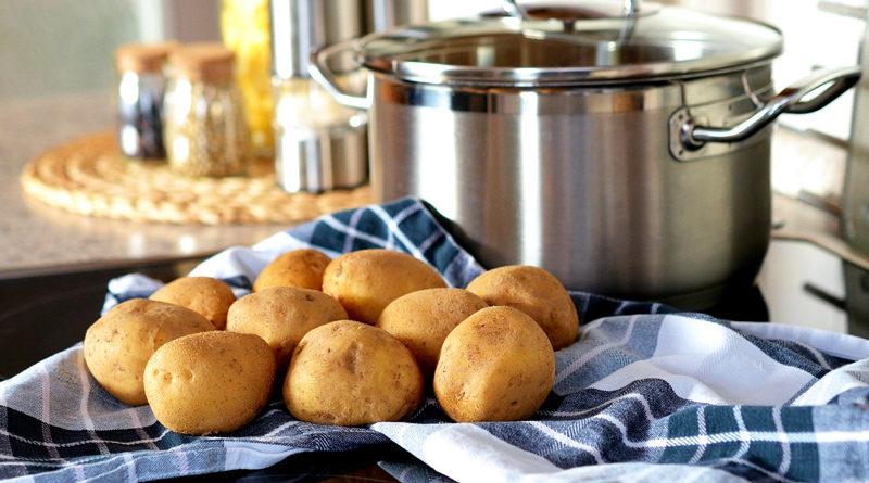 Eines ist im Winter so gut wie sicher – die Erkältung. Ein bewährtes Hausmittel ist die Kartoffel, die auf natürliche Weise Symptome wie Hals- oder Ohrenschmerzen lindern kann. Aber auch bei Sodbrennen ist Dr. Kartoffel als schneller Helfer zur Stelle.